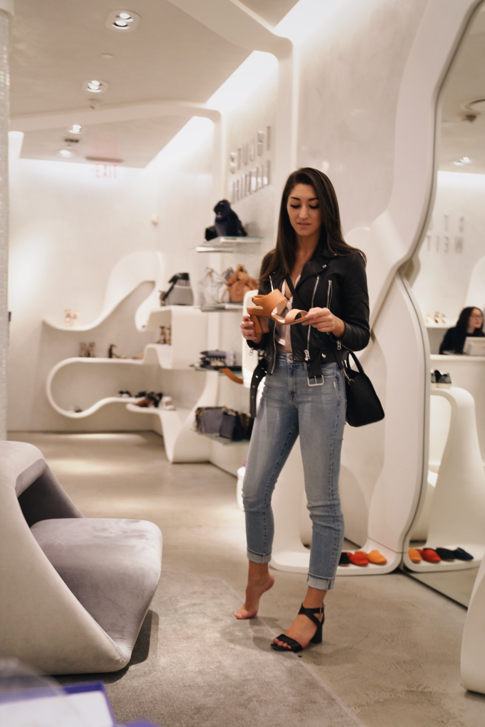 Stuart Weitzman is more than just gorgeous shoes! As much as Kira loved the mid-height heels, it was a handbag that captured her heart during this shopping trip.